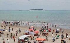 PARIAMAN, 20/8 - PESTA PANTAI. Sejumlah pengunjung berada di kawasan pantai Gandoriah Kota Pariaman, Sumbar, Senin (20/8).