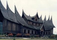 gambar-rumah-gadang-rumah-minangkabau-sumatera-barat-1600x1120
